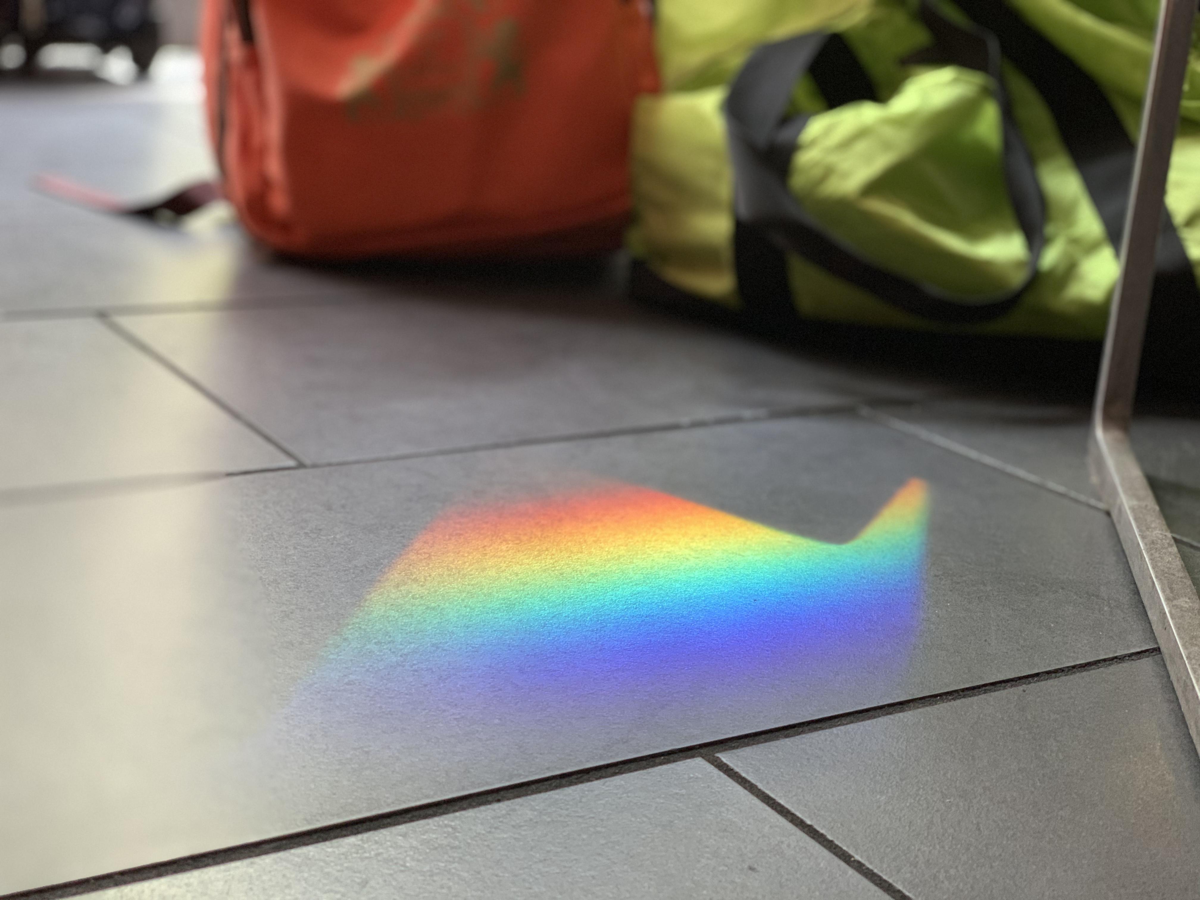 カバンと虹