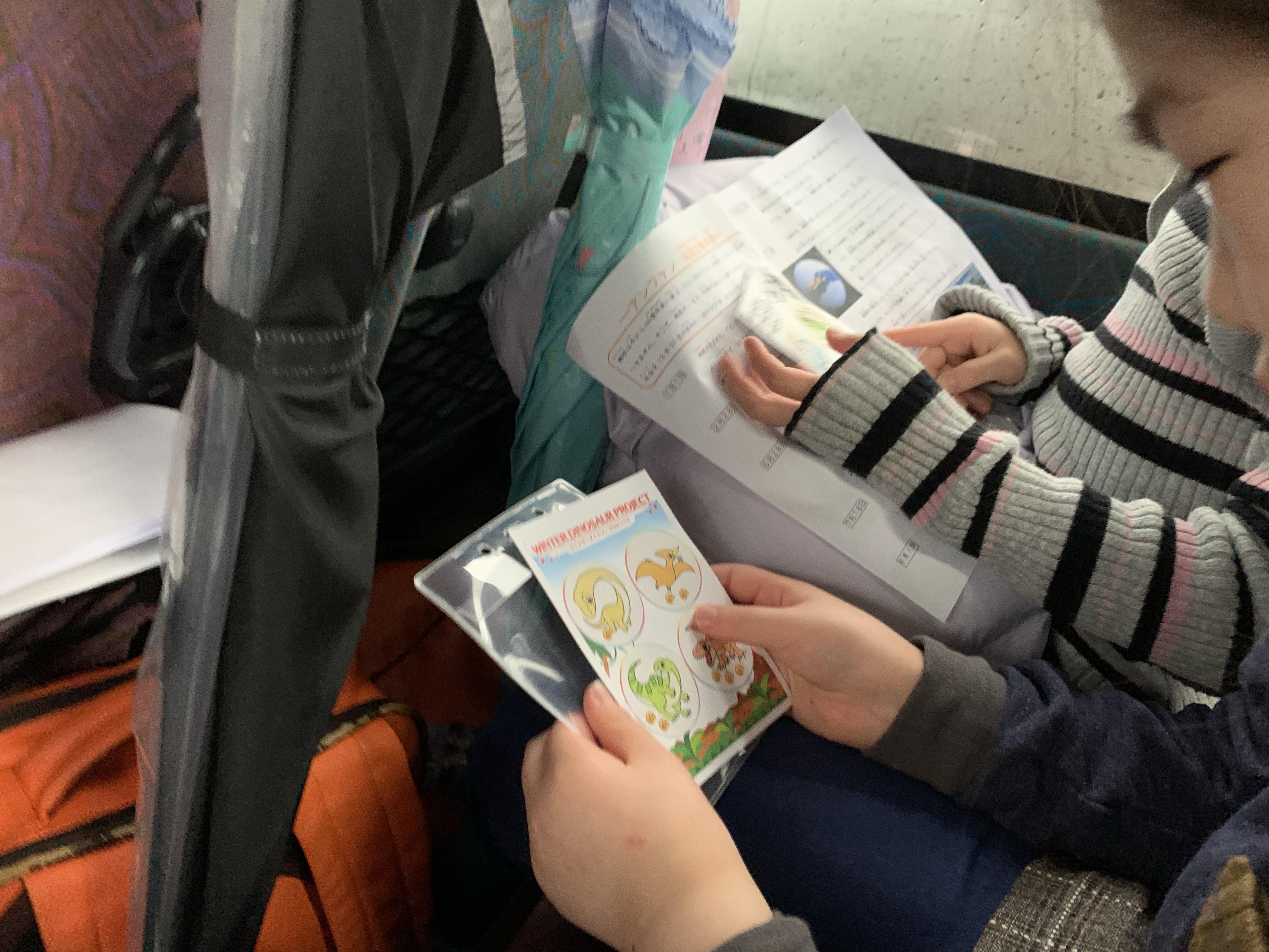 シールカードを見るお子さまの様子